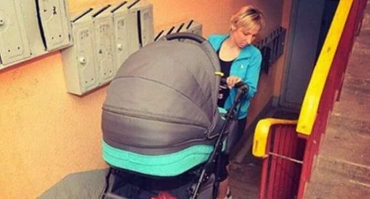 Мамочка з коляскою в під'їзді звернулася до сусіда, але той їй нахамив. Ефект бумеранга не змусив себе чекати!