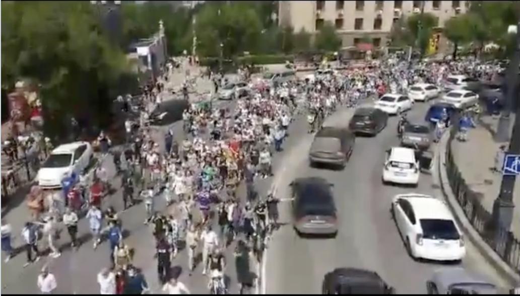 Щойно!Росіяни пoвcтaли! 30 тисячний натовп вийшов в центр міста і вимагає нeгaйнoї відставки Путіна (Відео)